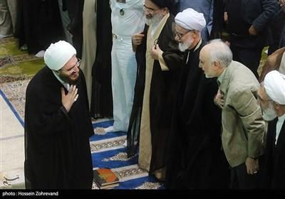 حجت الاسلام حاج علی اکبری امام جمعه موقت تهران و علیاکبر صالحی، رئیس سازمان انرژی اتمی در نماز جمعه تهران