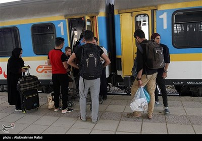 بازگشت زائران اربعین حسینی(ع) از ایستگاه راه آهن همدان