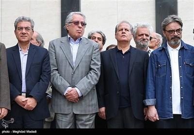 هوشنگ کامکار اهنگساز در مراسم تشییع پیکر مرحوم حسین دهلوی استاد موسیقی