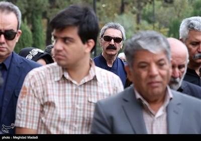 بیژن بیژنی خواننده در مراسم تشییع پیکر مرحوم حسین دهلوی استاد موسیقی