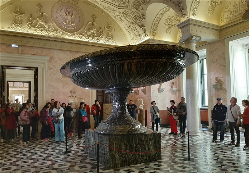 گلدان بزرگ سنگی در یکی از سالنهای موزه آرمیتاژ سن پترزبورگ