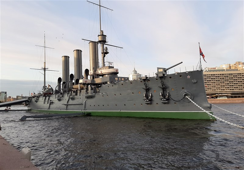 رزمناو آورورا ساخته 1900 میلادی از جاذبههای سنپترزبورگ است