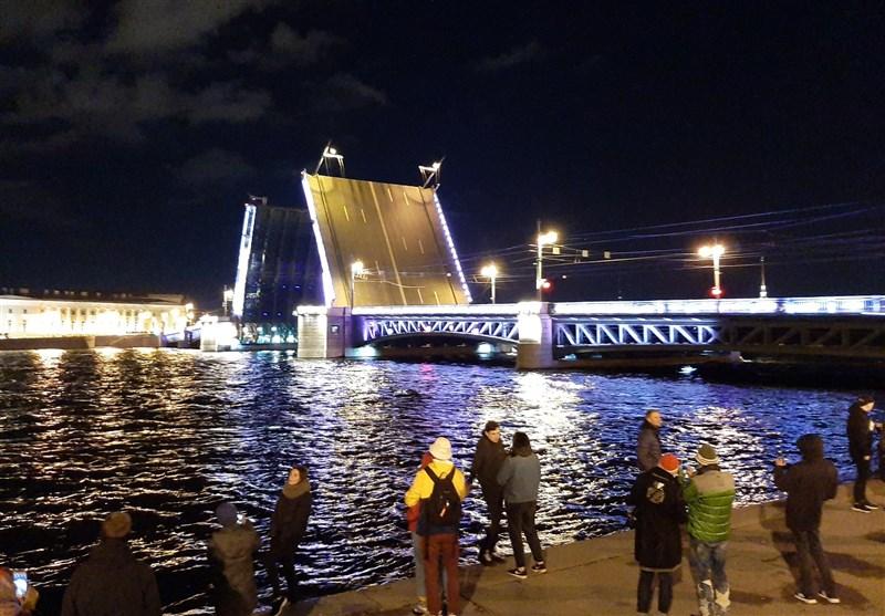 یکی از پلهای متحرک شهر سن پترزبورگ که به همراه دیگر پلها بامداد هر روز برای تردد کشتیها گشوده می شود