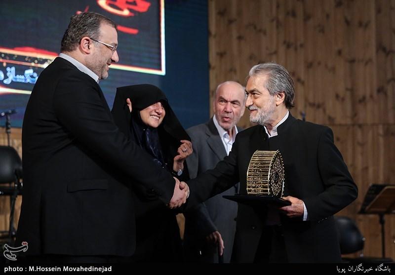 تجلیل از مجید انتظامی رهبر ارکستر در مراسم آیین ملی چله عشق