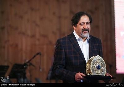 تجلیل از حسام الدین سراج خواننده در مراسم آیین ملی چله عشق