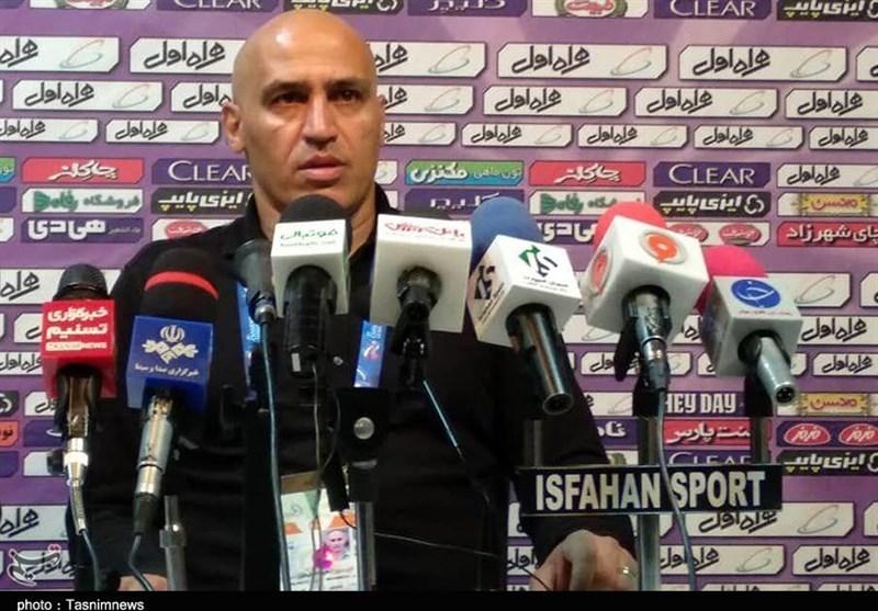 اصفهان| منصوریان: چند نفر حقوقبگیر باشگاه روی سکوها کار ما را خراب کردند/ به هیچکس اجازه سهمخواهی نمیدهم
