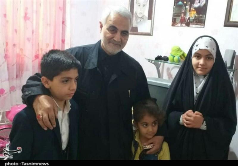 """دیدار صمیمانه سرلشکر سلیمانی با خانواده شهید """" سعد""""+تصویر"""