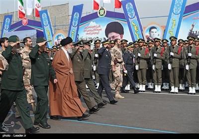 الامام الخامنئي يحضر مراسم تخريج دفعة جديدة من ضباط الجيش