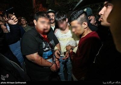 در پی تماسهای مکرر شهروندان منطقه دولتخواه با مرکز فوریتهای پلیسی 110 مبنی بر حضور و عربدهکشی تعدادی اوباش و تخریب تعدادی خودرو ماموران کلانتری152 اقدام به دستگیری 5 شرور کردند