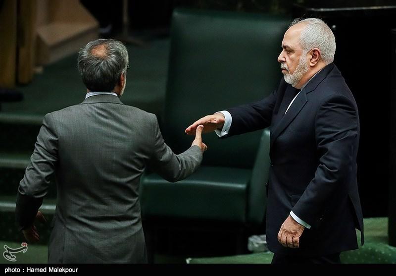محمدجواد ظریف وزیر امور خارجه هنگام ترک جلسه علنی مجلس شورای اسلامی
