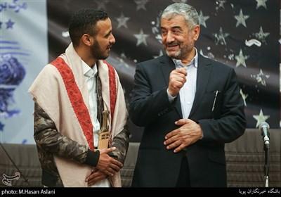سردار محمد علی جعفری فرمانده قرارگاه فرهنگی حضرت بقیه الله اعظم و عثمان الحکیمی نماینده دانشجویان یمنی در مراسم پنجمین همایش زنده باد مرگ بر آمریکا