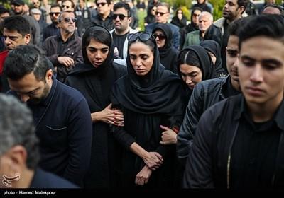فرزند زندهیاد بیژن علیمحمدی در مراسم تشییع