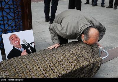بوسه امیرمحمد صمصامی بر پیکر زندهیاد بیژن علیمحمدی