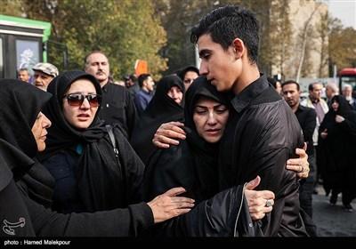 فرزند و همسر زندهیاد بیژن علیمحمدی در مراسم تشییع