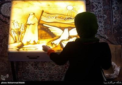 فاطمه عبادی هنرمند نقاشی با شن در مراسم اجتماع بزرگ مردمی بیعت با امام عصر(عج)