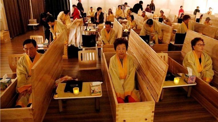 یک مؤسسه کرهای با شبیه سازی مرگ و با دادن خدمات کفن و دفن رایگان به داوطلبان، آنها را به زندگی بهتر تشویق میکند.