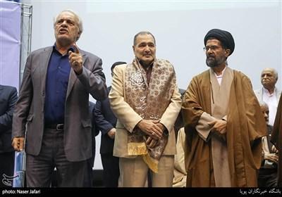 اهدای شال پهلوانی به محمد طهرانی مقدم برادر شهید حسن طهرانی مقدم در یادواره شهید طیب حاج رضایی