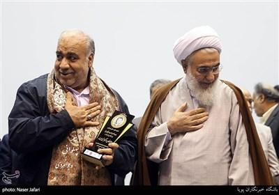 اهدای شال پهلوانی در یادواره شهید طیب حاج رضایی