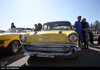 گردهمایی خودروهای کلاسیک در پیست اتومبیل رانی مجموعه ورزشی ثامن الائمه مشهد