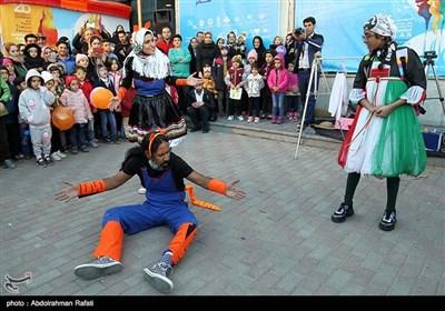 نمایش خیابانی آینده مال بچه هاست از اصفهان به کارگردانی هیام احمدی