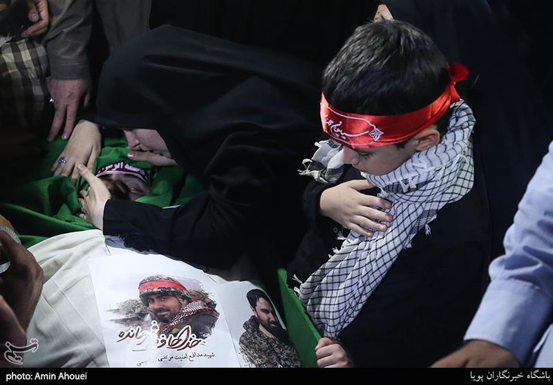 مداحی جانسوز فرزند خردسال شهید اغتشاشات تهران بر پیکر پدر+فیلم