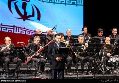 اجرای محمد گلریزخواننده انقلابی در بزرگداشت موسیقی جنگ