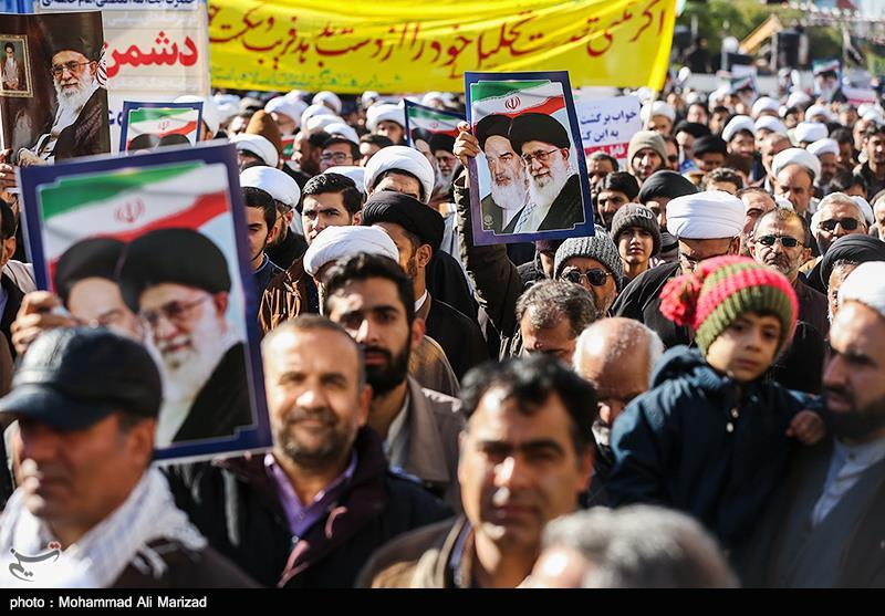 مردم قشم در حمایت از رهبری و امنیت ملی راهپیمایی میکنند