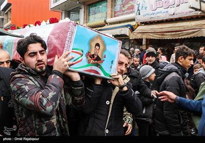 پیکر شهید گیلانی مصطفی رضایی ساعت 9 صبح امروز از مقابل سپاه ناحیه سلمان سنگر تشییع شد و در گلزار شهدای امامزاده هاشم(ع) آرام گرفت.