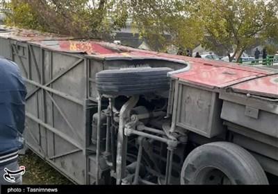 واژگونی سرویس کارکنان پالایشگاه اصفهان ۱۷ مصدوم و ۴ فوتی بر جای گذاشت