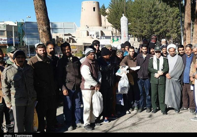 حضور سرزده فرمانده ناحیه مقاومت بسیج سپاه بیرجند در جمع کارگران فصلی سرگذر + فیلم