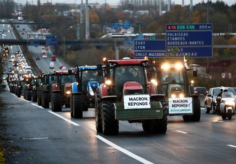 French Farmers Roll into Highways with Tractors to Protest EU Regulations (+Video)