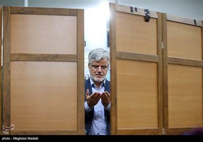 محمود صادقی در محل ثبتنام داوطلبان انتخابات مجلس یازدهم