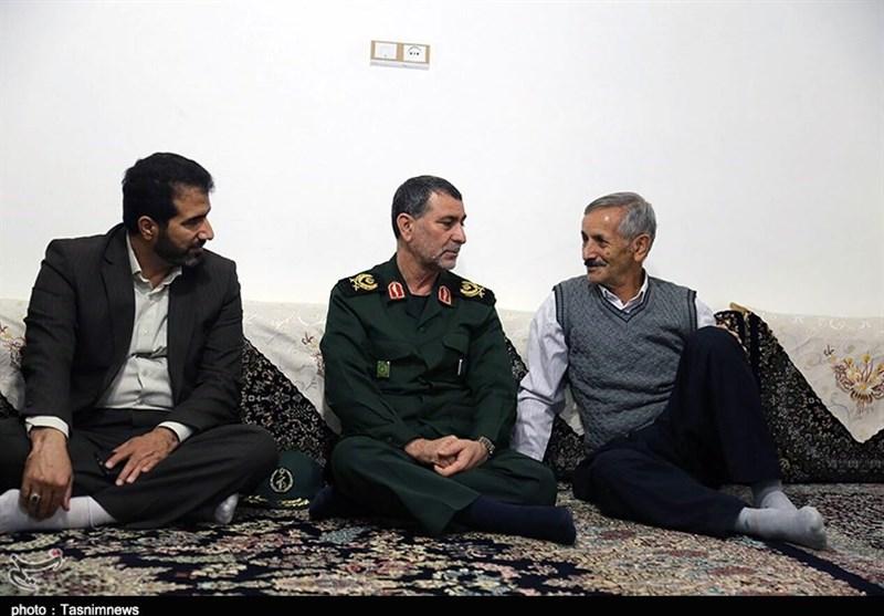 دیدار صمیمی فرمانده سپاه کردستان با خانواده «شهید عزیزی» و «دانشجویان»+تصاویر