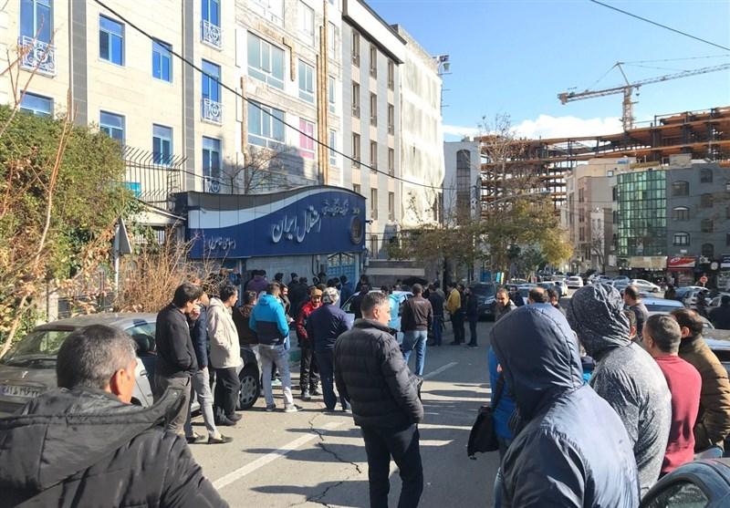 هجوم هواداران به باشگاه استقلال با شکستن در پارکینگ