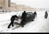 بارش برف در بیشتر راههای مواصلاتی استان زنجان / هوا سردتر میشود