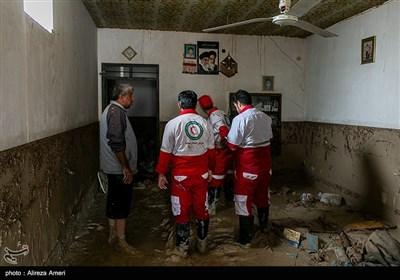 امداد رسانی توسط نیروهای هلال احمر به سیل زدگان روستای کندعبدالرضا - لامرد