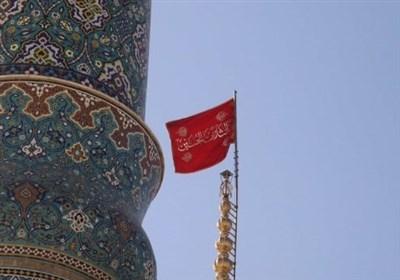 اهتزاز پرچم یالثارات الحسین(ع) بر گنبد مسجد جمکران بعد از شهادت سپهبد سلیمانی