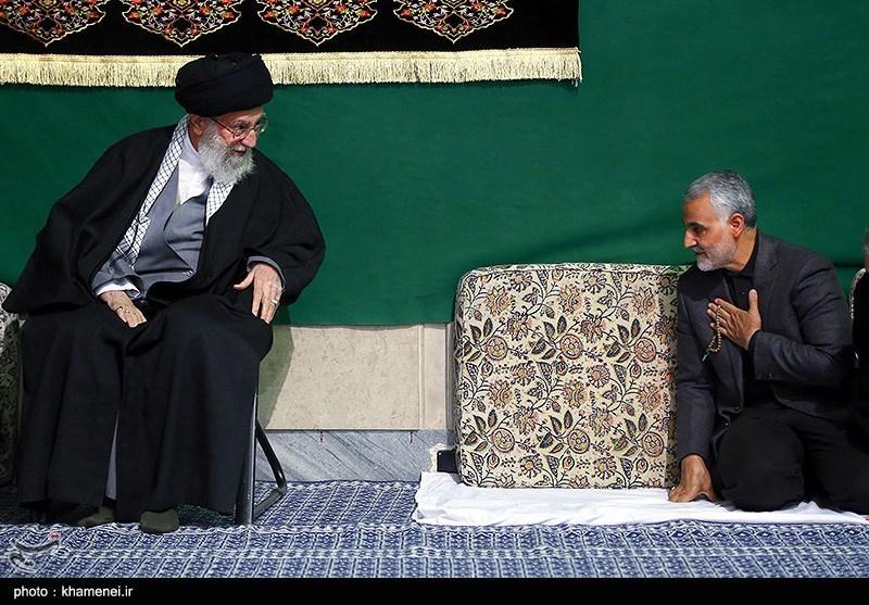 الشهید الفريق قاسم سليماني إلى جانب قائد الثورة الاسلامية