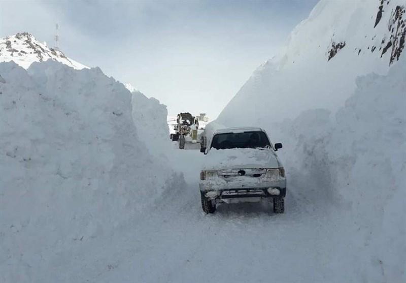 بارش برف در جاده های 1 استان/الزام همراه داشتن زنجیرچرخ در جادههای کوهستانی