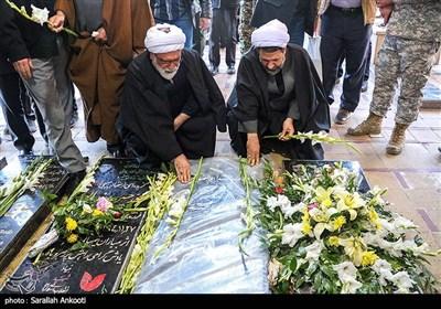 ادای احترام حجتالاسلام مروی تولیت آستان قدس رضوی به مقام شهید سپهبد حاج قاسم سلیمانی