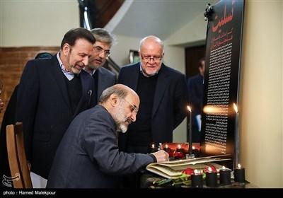 امضای دفتر یادبود جانباختگان حادثه سقوط هواپیمای اوکراینی توسط عبدالعلی علیعسگری رئیس سازمان صدا و سیما
