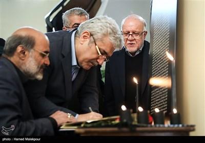 امضای دفتر یادبود جانباختگان حادثه سقوط هواپیمای اوکراینی در حاشیه جلسه هیئت دولت