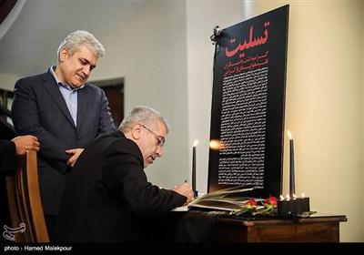 امضای دفتر یادبود جانباختگان حادثه سقوط هواپیمای اوکراینی توسط رضا اردکانیان وزیر نیرو