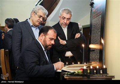 امضای دفتر یادبود جانباختگان حادثه سقوط هواپیمای اوکراینی توسط حسینعلی امیری معاون پارلمانی رئیس جمهور