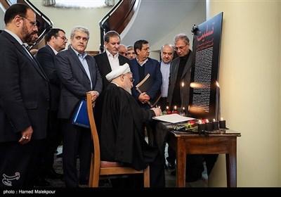 امضای دفتر یادبود جانباختگان حادثه سقوط هواپیمای اوکراینی توسط حجتالاسلام حسن روحانی رئیس جمهور