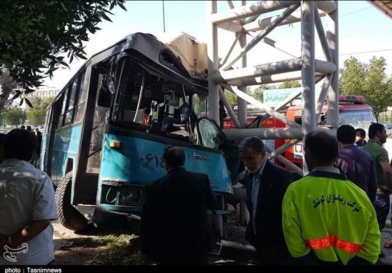 """برخورد اتوبوس با پل عابر پیاده در اتوبان """"گلستان اهواز""""+ تصویر"""