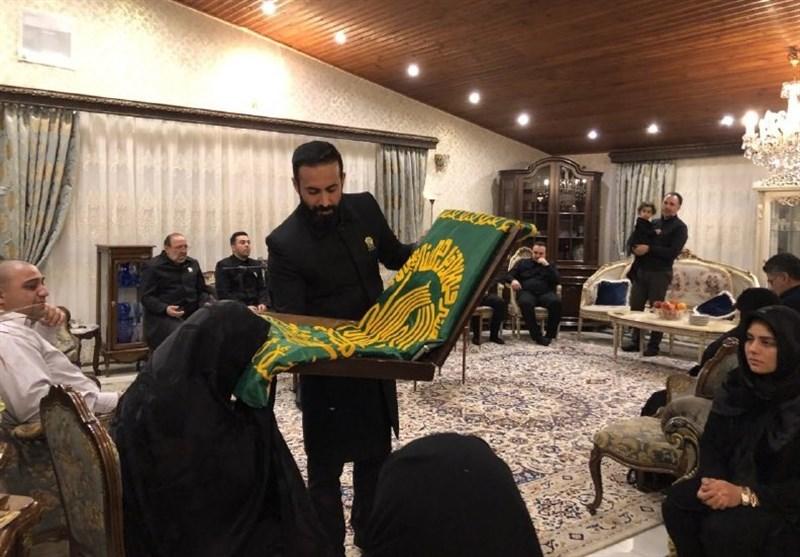 حضور خادمان آستان قدس رضوی در منزل شهدای سقوط هواپیمای اوکراینی + فیلم