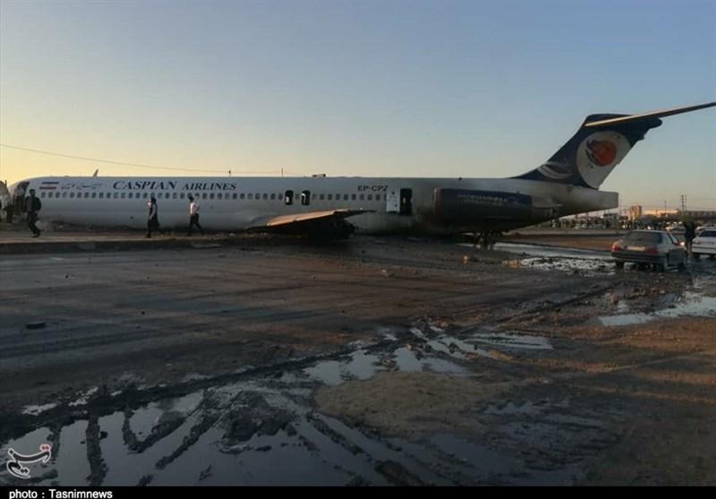 گزارش تسنیم از محل خروج هواپیما از باند فرودگاه ماهشهر / تیمهای ارزیابی به محل حادثه اعزام شدند + فیلم 