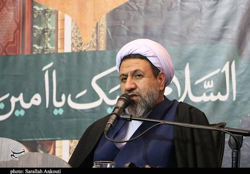 امام جمعه کرمان: امام خمینی(ره) با دست خالی دنیا را تحت تاثیر برنامههای الهی خود قرار داد