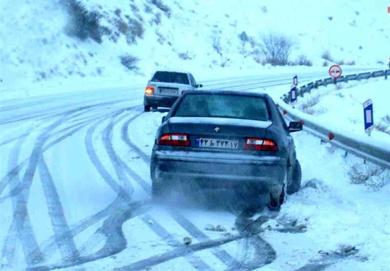 وضعیت راههای کشور| بارش برف و باران در محورهای شمالی/کاهش ۶ درصدی تردد در جاده ها